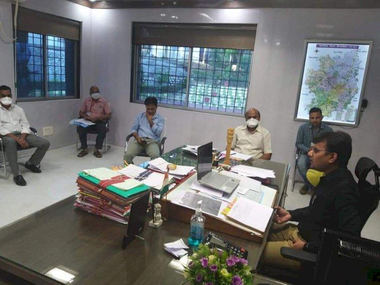 कलेक्टर श्री सुमन ने जूम एप के माध्यम से फील्ड अधिकारियों से चर्चा कर प्राथमिकताओं पर तत्परता से कार्य करने के दिये निर्देश