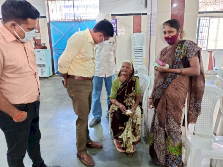 एसडीएम अतुल सिंह द्वारा टीकाकरण केन्द्र गुरूद्वारा सिंग साहब का किया गया निरीक्षण